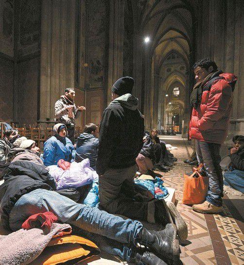 Rund 30 Flüchtlinge befanden sich gestern in der Kirche, 14 davon im Hungerstreik. Foto: APA