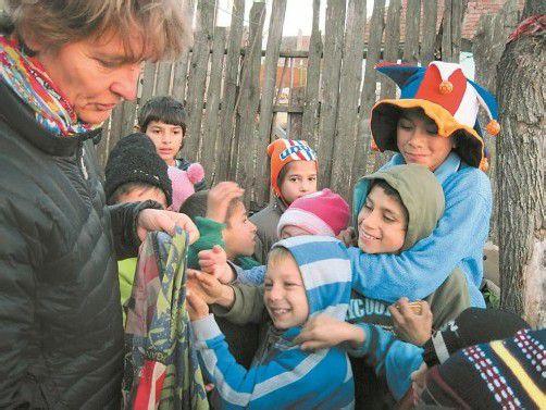 Ruth Zenkert mit Kindern in einer Roma-Siedlung. Foto: VN