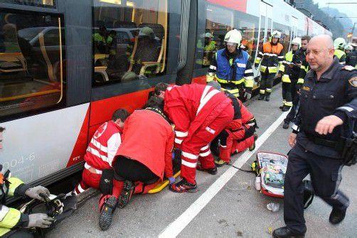 Schwierige Bergungsaktion an der Bahnhaltestelle Amberg. Foto: VOL