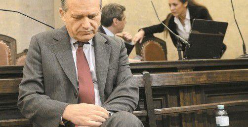 Seit zwei Wochen sitzt Ex-ÖVP-Politiker Ernst Strasser vor Gericht. Die Anklage wirft ihm Bestechlichkeit vor. Gestern wurde Strasser von seinem ehemaligen Parteikollegen Karas belastet: Er habe sich mit Anrufen und E-Mails für einen Antrag stark gemacht. Foto: APA