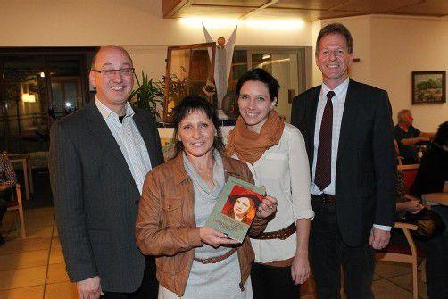 Sozialzentrumsleiter Wolfang Berchtel (l.) mit Autorin Kriemhild Bickel sowie Nichte Nina Winter und Bürgermeister Richard Amann. FotoS: AME
