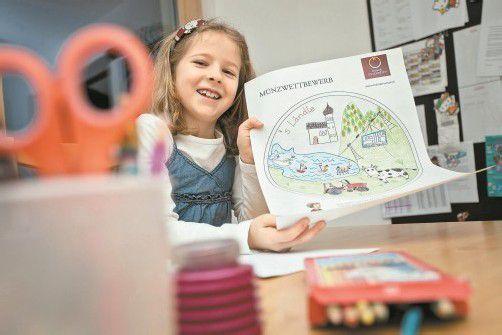 Stolz präsentiert Alissa ihre Zeichnung, die bald auf Münzen verewigt wird. Foto: VN/P. Steurer