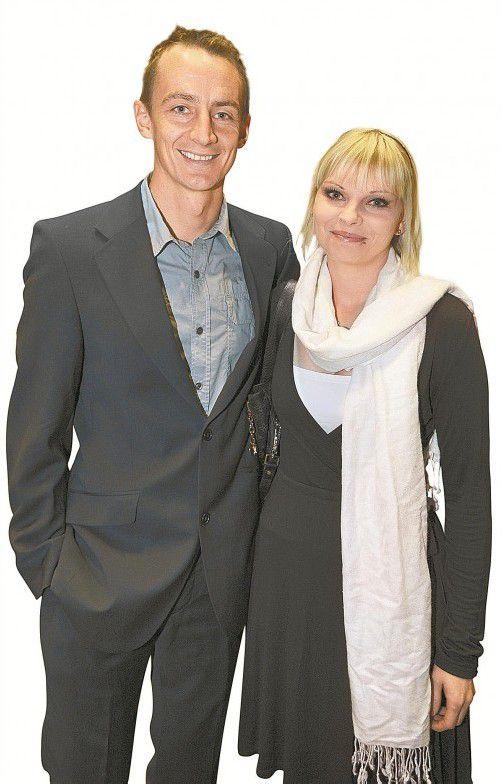 Stürmer Hannes Aigner, im Bild mit Gattin Kerstin, machte auch im Anzug eine gute Figur.