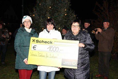 """Susanne Entner (Organisation), Susanne Marosch (""""Geben für Leben"""") und Margrit Wally (Moderation) (v. l.) freuen sich über die Spende. Foto: Verein"""