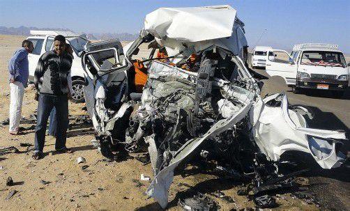 Völlig demoliert: Ein schwerer Busunfall im ägyptischen Ferienparadies Hurghada forderte das Leben von vier Personen. Foto: Reuters