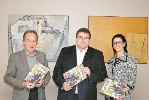 Walter Bösch, Christof Naier und Manuela Lang präsentieren das neue Programm. Foto: Handout