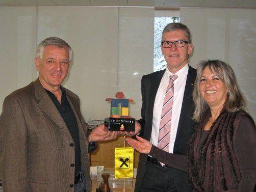Waltraud Waltle (r.) und Franz Abbrederis (l.) vom Förderkreis Netz für Kinder überreichten Wilfried Hopfner einen Smilestone. Foto: raiffeisen