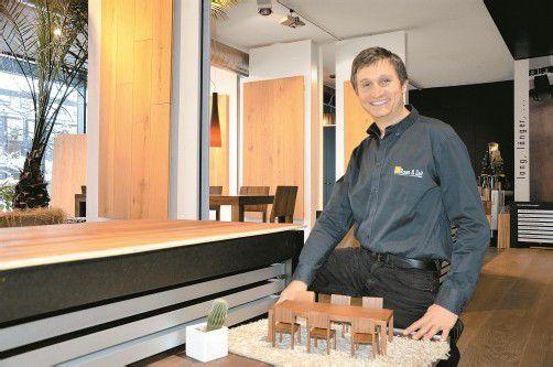 Wolfgang Fechtig präsentiert sein Unternehmen im Schauraum in Dornbirn. Foto: Tobias Hämmerle