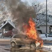 Auto fing mitten auf der Straße Feuer