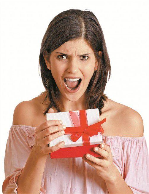 wütende Frau mit schlechtem Geschenk