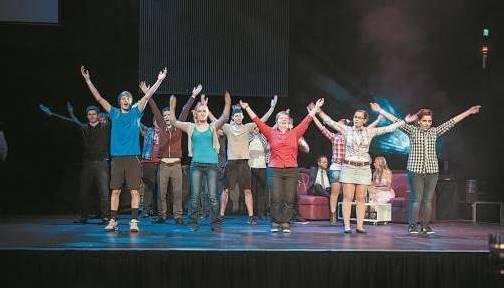 Angehende Maturanten als Tänzer auf der Bühne. Fotos: rhomberg