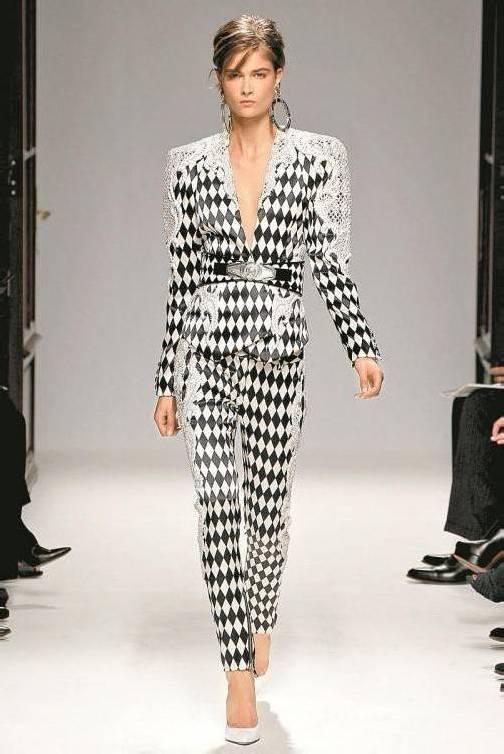 Balmain liebt Schwarz-Weiß-Kombinationen. Muster und aufgesetzte Spitzen erinnern an die opulenten 90er. Fotos: APA