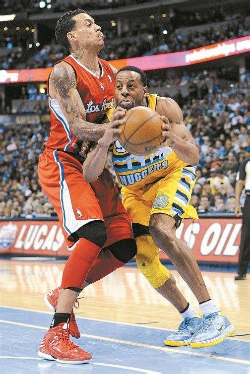 Denvers Andre Iguodala (r.) tanzt Clipper Matt Barnes aus. Foto: ap