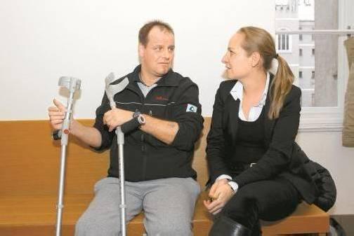 Der Verletzte (hier Bild mit Anwältin Olivia Lerch) ist zu 100 Prozent Invalide. Foto: VN/Hofmeister