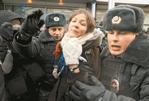 Die Antwort der russischen Polizei auf Demonstrationen ist immer wieder die gleiche: Festnehmen und abführen – so auch gestern. Foto: EPA