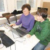 Senioren werden von Schülern unterrichtet
