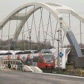 Bahnbrücke gleitet über Autobahn A1