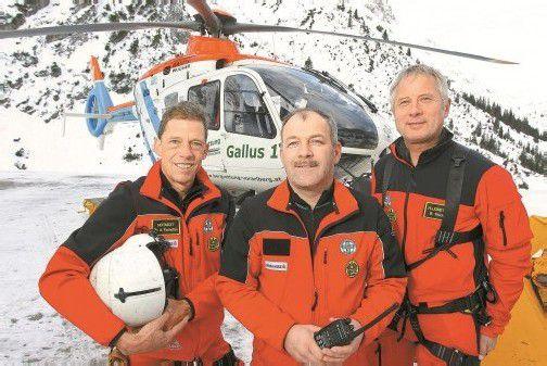 Die Heli-Crew mit Alois Tschofen, Stefan Ganahl und Bernd Fischer (v. l.) ist in 13 Minuten vom Standort Zürs in ganz Vorarlberg. Fotos: VN/Hofmeister