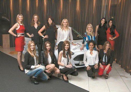 Die zwölf Misswahl-Kandidatinnen vor dem Hauptpreis – einem Ford Fiesta vom Autohaus Ford Wehinger in Dornbirn. FotoS: VN/R. Paulitsch, P. Steurer