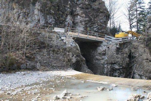 Ebniter Straße immer gut für Überraschungen: Im Februar riss ein Felssturz eine Brücke in die Tiefe. Foto: VN/ha
