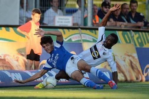 Ex-FCL-Verteidiger Dudu (im Bild gegen den Altacher Ngwat-Mahop) soll für die Austria spielen. Foto: Stiplovsek