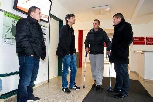 FCL-Präsident Mag. Dieter Sperger (ganz rechts) mit Huschi Armut, Trainer Daniel Madlener und dem verletzten Spieler Dennis Kloser (von links). Foto: Steurer