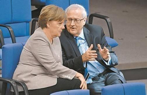 FPD-Fraktionsvorsitzender Rainer Brüderle (67) mit Bundeskanzlerin und CDU-Chefin Angela Merkel. Foto: DAPD