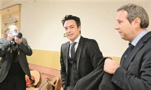 Freispruch im Zweifel: Haiders langjähriger Protokollchef Franz Koloini (Bildmitte) mit seinem Rechtsanwalt. Der Verdacht der Staatsanwaltschaft konnte vom Gericht nicht bestätigt werden. Foto: APA
