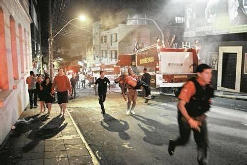 Hunderte Gäste befinden sich im Club, als das Feuer ausbricht. Panik bricht aus – viele Besucher werden zu Tode getrampelt oder ersticken. Der Rest kommt mit dem Schrecken und Verletzungen davon. Foto: EPA