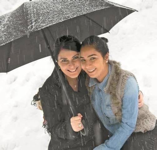 Jasmin und Gloria lassen sich von den Wetterkapriolen nicht die Laune verderben. Foto: VN/Paulitsch