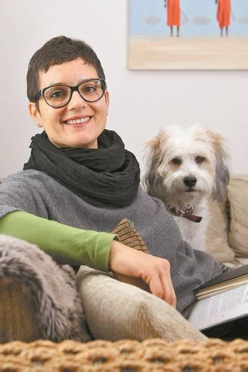 """Leila Götze koordiniert das Sprachfördernetzwerk. Tibet-Terrier """"Karpo"""" (""""der Weise"""" auf Tibetanisch) ist wie sie ein Globetrotter. VN/Hofmeister"""