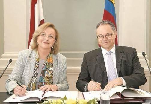 Liechtensteins Regierungschef Klaus Tschütscher mit Finanzministerin Maria Fekter gestern Nachmittag in Vaduz. Foto: APA