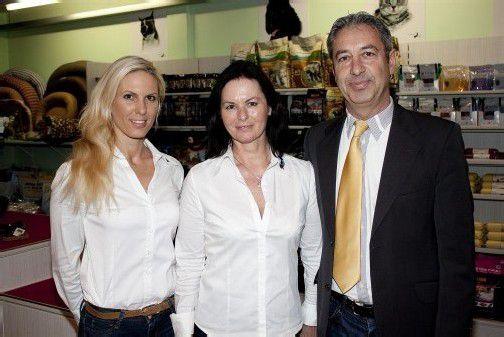 Ließen eine Eröffnungsparty steigen: Vera (l.) und Elfi Herzog mit Michel Hartmann. Foto: FRANC