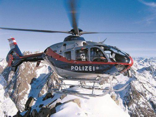 """Mit dem Polizeihubschrauber """"Libelle"""" werden unverletzte Personen geborgen. foto: Symbolbild/BM.I"""