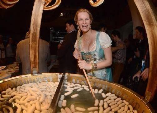 Model Monica Ivancan rührte kräftig um im Weißwurstkessel bei der berühmten Weißwurstparty für die Promis in Kitzbühel. Foto: dpa