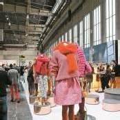 Grüner Modezirkus im Berliner Tempelhof