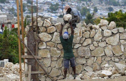 Noch immer ist nicht alles wiederaufgebaut. Doch die regen Bautätigkeiten machen der Bevölkerung auf Haiti Mut. Foto: REUTERS