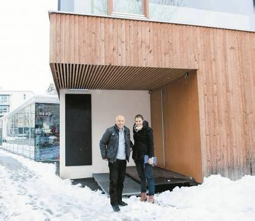 Rebecca Eisenegger und Renato Werndli vor ihrer künftigen Charity-Bar in der Dornbirner Eisengasse. Foto: VN/Rhomberg