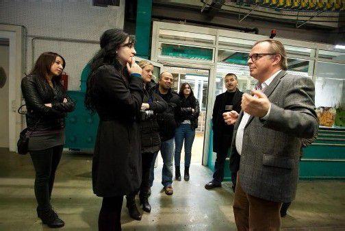 Redakteur Thomas Matt (r.) erklärte die Zeitungsproduktion. Foto: VN/pS