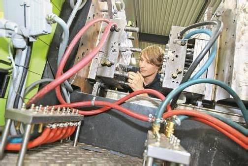Sam Gugele legt Hand an die Spritzgussmaschine an. Auf Genauigkeit legt der Kunststofftechnik-Lehrling großen Wert. FOTOS: BERND HOFMEISTER