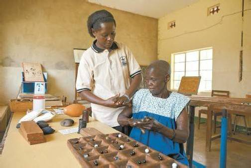 Therapie hilft, die Beweglichkeit der von Lepra geschädigten Finger und Gelenke zu verbessern. Foto: Aussätzigen-Hilfswerk, Alex Bayer