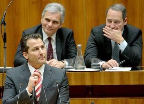 Was Stronach-Klubchef Lugar zu sagen hat, scheint Kanzler Faymann und Staatsekretär Schieder zu amüsieren. apa
