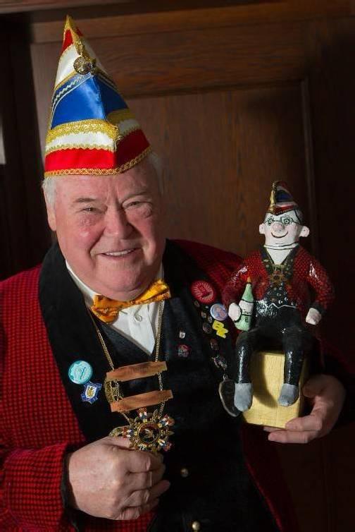 """Wilfried Alge mit seinem Miniatur-""""Wiff"""" in BFG-Uniform, den er zum 65. Geburtstag von seinen Vereinskollegen geschenkt bekam.  Foto: VN/Hartinger"""