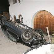 Göfis: 20-Jähriger lässt Auto auf dem Dach liegend an Unfallstelle zurück