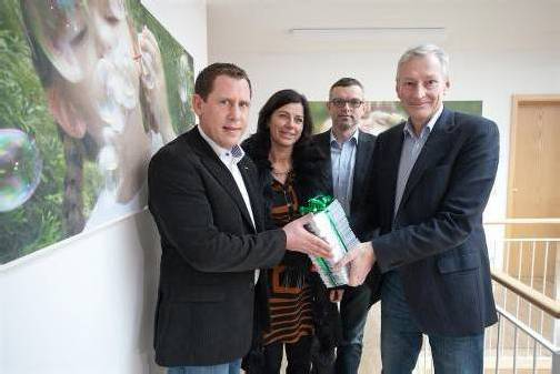 Übergabe von rund 2400 Unterschriften für faire Löhne an Christoph Hackspiel (r.). Foto: Hartinger