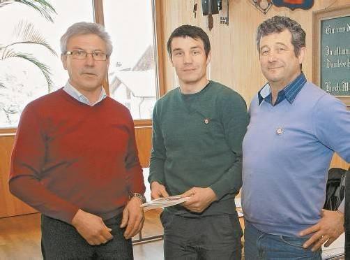Andreas Walter (Mitte) wurde von Josef Schrottenbaum (l.) und Martin Illmer (r.) in der Handwerkerzunft willkommen geheißen. Foto: Hronek