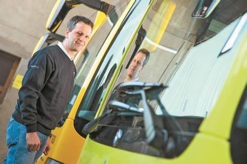Bei Bedarf steigt Gerhard Pertoll noch selbst in den Bus. Ansonsten ist der Rankweiler unter anderem für die Bordtechnik oder das Qualitätsmanagement zuständig. FOTO: VN/BERND HOFMEISTER
