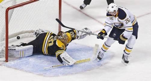 Beim dritten Treffer düpierte Thomas Vanek den finnischen Boston-Goalie Tuukka Rask und lupfte die Scheibe backhand ins Tor. Foto: AP