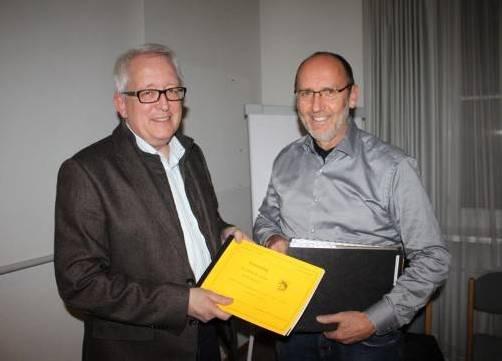 Bgm. Xaver Sinz (r.) und Finanzreferent Michael Simma mit dem Lochauer Budget für 2013. FOTO: bms