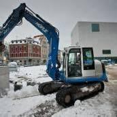 Arbeiter trotzen den Schneemassen